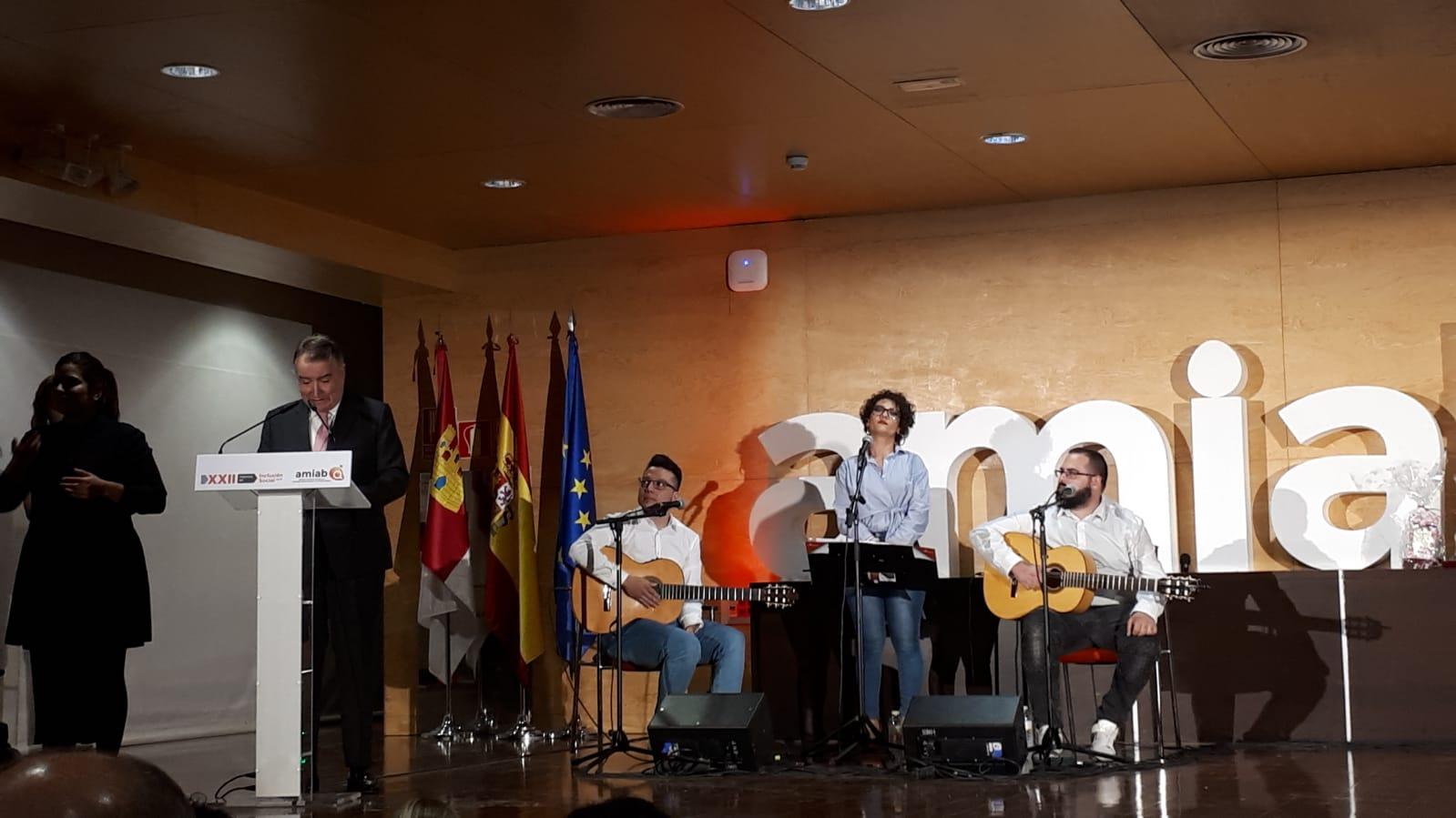 Nuestro presidente Luis Pérez Bermejo agradeciendo el premio otorgado por Amiab sobre sobre Recyclia por nuestro compromiso con la inclusión social y el reciclaje electrónico.